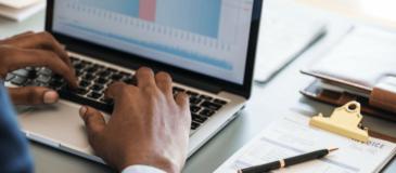 hombe-negocio-ordenador-analitica-web-xenonfactory.es