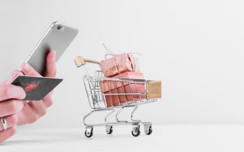 mano-movil-tarjeta-de-credito-compra-carrito-tienda-virtual-xenonfactory.es