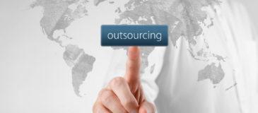 dedo-señalando-palabra-externalizacion-outsourcing-xenonfactory.es